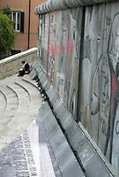 L'installazione inaugurata sulla scalinata di Piazza di Spagna, a Roma, 9 novembre 2009, per celebrare il ventesimo anniversario della caduta del Muro di Berlino..A tourists reads a book as she sits past an installation representing the Berlin Wall, set up on the Spanish Steps in Rome, 9 november 2009, to mark the 20th anniversary of its fall..UPDATE IMAGES PRESS/Riccardo De Luca