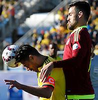 RANCAGUA- CHILE - 14-06-2015: Radamel Falcao Garcia (Izq.) jugador de Colombia, disputa el balón con Andres Tunez (Der.) jugador de Venezuela durante partido Colombia y Venezuela, por la fase de grupos, Grupo C, de la Copa America Chile 2015, en el estadio El Teniente en la Ciudad de Rancagua. / Radamel Falcao Garcia (L) player of Colombia, vies for the ball with Andres Tunez (R) player of Venezuela, during a match between Colombia and Venezuela for the group phase, Group C, of the Copa America Chile 2015, in the El Teniente stadium in Rancagua city. Photos: VizzorImage /  Photosport / Marcelo Hernandez/ Cont.