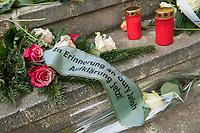 Demonstration am Sonntag den 7. Januar 2018 in Dessau anlaesslich des 13. Todestages des Sierra Leoners Oury Jalloh, der am 7. Januar 2005 unter bislang nicht geklaerten Umstaenden in einer Gewahrsamszelle in der Polizeiwache Wolfgangstrasse, bei lebendigem Leib verbrannte. Der damals wachhabende Dienstgruppenleiter wurde 2012 wegen fahrlaessiger Toetung verurteilt.<br /> Im November 2017 wurde bekannt, dass die Staatsanwaltschaft Dessau-Rosslau davon ausgeht, dass eine Selbstentzuendung durch den gefesselten Oury Jalloh unwahrscheinlich sei und stattdessen den Einsatz von Brandbeschleuniger und die Beteiligung Dritter fuer wahrscheinlich haelt. Der Staatsanwaltschaft wurde jedoch das Verfahren entzogen und an die Staatsanwaltschaft Halle uebergeben die im Oktober 2017 das Verfahren einstellte.<br /> An der Demonstration beteiligten sich ca. 3.500 Menschen.<br /> Im Bild: Blumen und Kerzen vor der Polizeiwache Wolfgangstrasse.<br /> 7.1.2018, Dessau<br /> Copyright: Christian-Ditsch.de<br /> [Inhaltsveraendernde Manipulation des Fotos nur nach ausdruecklicher Genehmigung des Fotografen. Vereinbarungen ueber Abtretung von Persoenlichkeitsrechten/Model Release der abgebildeten Person/Personen liegen nicht vor. NO MODEL RELEASE! Nur fuer Redaktionelle Zwecke. Don't publish without copyright Christian-Ditsch.de, Veroeffentlichung nur mit Fotografennennung, sowie gegen Honorar, MwSt. und Beleg. Konto: I N G - D i B a, IBAN DE58500105175400192269, BIC INGDDEFFXXX, Kontakt: post@christian-ditsch.de<br /> Bei der Bearbeitung der Dateiinformationen darf die Urheberkennzeichnung in den EXIF- und  IPTC-Daten nicht entfernt werden, diese sind in digitalen Medien nach §95c UrhG rechtlich geschuetzt. Der Urhebervermerk wird gemaess §13 UrhG verlangt.]