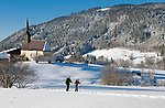 Deutschland, Bayern, Oberbayern, Chiemgau, Inzell Ortsteil Einsiedl: Nordic-Walking durch verschneite Winterlandschaft im Chiemgau | Germany, Upper Bavaria, Chiemgau, Inzell district Einsiedl: Nordic-Walking through winter landscape