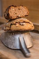 Italie, Val d'Aoste, Hône: Micoula , marché de Noël, lors de la Fête de la Micoula, ce pain est typique de la Vallée d'Aoste - Le pain sucré appelé micoula est fait à base de farine intégrale de blé et de seigle, de châtaignes, raisins secs, beurre, oeufs, sel et sucre. / Italy, Aosta Valley, Hône: Micoula, Christmas market at the Festival Micoula, this bread is typical Aosta Valley, - The sweet bread called micoula is made based on wholemeal wheat and rye, chestnuts, raisins, butter, eggs, salt and sugar