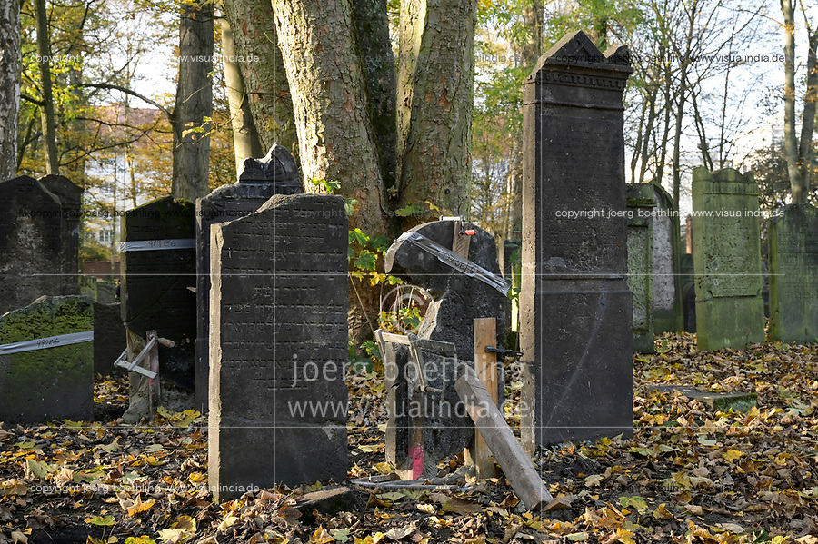 DEUTSCHLAND, Hamburg, jüdischer Friedhof in Altona, ist der älteste jüdische Friedhof im heutigen Hamburg und der älteste portugiesisch-jüdische Friedhof in Nordeuropa, Inschriften in hebräischer Sprache, Restaurierung kaputter Grabsteine