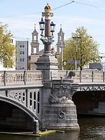 Blauwe Brug über Amstel, Amsterdam, Provinz Nordholland, Niederlande<br /> Blauwe Brug crossing the  Amstel, Amsterdam, Province North Holland, Netherlands