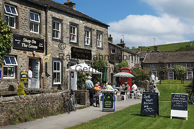 Great Britain, England, North Yorkshire, Yorkshire Dales National Park, Burnsall: Tea room on village green | Grossbritannien, England, North Yorkshire, Yorkshire Dales National Park, Burnsall: Teestube im Dorf