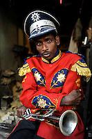 INDIA Westbengal, Kolkata, portraiture of musician of brass band / INDIEN, Westbengalen, Kolkata, Portraets eines Musikers einer Blechband