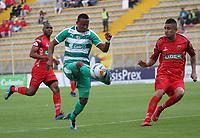 BOGOTÁ - COLOMBIA, 28-10-2018:Carlos Peralta (Izq.) jugador de La Equidad  disputa el balón con Jerson Malagon (Der.) jugador de Patriotas Boyacá durante partido por la fecha 17 de la Liga Águila II 2018 jugado en el estadio Metropolitano de Techo de la ciudad de Bogotá. /Carlos Peralta (L) player of La Equidad fights for the ball with Jerson Malagon(R) player of Patriotas Boyaca during the match for the date 17 of the Liga Aguila II 2018 played at the Metropolitano de Techo Stadium in Bogota city. Photo: VizzorImage / Felipe Caicedo / Staff.