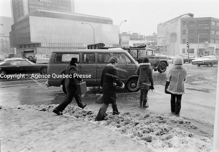 Neige et pluie verglacante, Novembre 1972 (date exacte inconnue)<br /> , , rue university,<br /> <br /> PHOTO : Agence Quebec Presse -  Alain Renaud