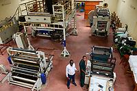RUANDA, Kigali, plastic recycling bei Firma Ecoplastics, Maschine zur Herstellung von Folien