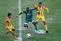 PEREIRA - COLOMBIA, 29-04-2021: Diego Herazo de La Equidad (COL) y Pablo Alvarez, Moises Acuña de Aragua F. C. (VEN), luchan por el balon durante partido entre La Equidad (COL) y Aragua F. C. (VEN) por la Copa CONMEBOL Sudamericana 2021 en el Estadio Hernan Ramirez Villegas de la ciudad de Pereira. / Diego Herazo of La Equidad (COL) and Pablo Alvarez, Moises Acuña of Aragua F. C. (VEN), fight for the ball during a match beween La Equidad (COL) and Aragua F. C. (VEN) for the CONMEBOL Sudamericana Cup 2021 at the Hernan Ramirez Villegas Stadium, in Pereira city. / VizzorImage / Pablo Bohorquez / Cont.