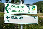 Deutschland, Bayern, Mittelfranken, Naturpark Altmuehltal, bei Solnhofen: Hinweisschild - Altmuehltal Radweg | Germany, Bavaria, Middle Franconia, Nature Park Altmuehl Valley, near Solnhofen: signpost for Altmuehl Valley Bicycle Trail