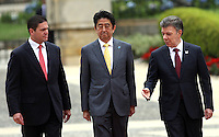 BOGOTA -COLOMBIA. 29-07-2014.  El primer Ministro de Japon Shinzo Abe (Centro) el presidente de Colombia Juan Manuel Santos(Der) y el Ministro de DefEnsa Nacional Juan Carlos Pinzon en el Palacio de Nariño  durante los honores militares .  Primera visita oficial de un maNdatario japones en 106 años a Colombia / The Primer Minister of Japan Shinzo Abe (center) President of Colombia Juan Manuel Santos (Der) and the Minister of National Defense Juan Carlos Pinzon in Narino Palace during military honors. First official visit by a Japanese president 106 years Colombia.Photo: VizzorImage/ Felipe Caicedo / Staff