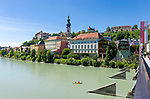 Deutschland, Oberbayern, Burghausen an der Salzach: mit Pfarrkiche St. Jakob und der laengsten Burganlage Europas (1.051 m) | Germany, Upper Bavaria, Burghausen at river Salzach: with parish church St. Jacob and the longest castle of Europe (1.051 m)
