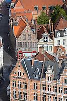 Belgique, Flandre-Occidentale, Bruges, centre historique classé Patrimoine Mondial de l'UNESCO, vue sur les maisons avec des pignons à gradins du Markt depuis le sommet du beffroi  // Belgium, Western Flanders, Bruges, historical centre listed as World Heritage by UNESCO, view over the houses with Dutch gables of Markt from the top of the belfry