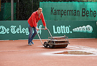 2013-08-13, Netherlands, Raalte,  TV Ramele, Tennis, NRTK 2013, National Ranking Tennis Champ,  Drying the clay surface after rain fall<br /> <br /> Photo: Henk Koster