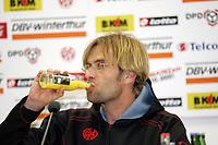 Trainer J¸rgen Klopp (FSV Mainz 05) erfrischt sich