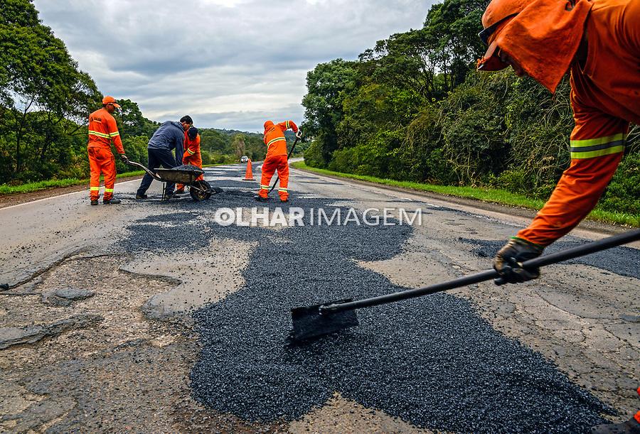 Reparos em estrada. Rodovia PRC280. Palmas. Parana. 2014. Foto de Antonio Costa.
