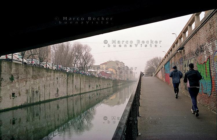 Milano, Naviglio Grande. Jogging in inverno --- Milan, Naviglio Grande channel. Jogging in winter