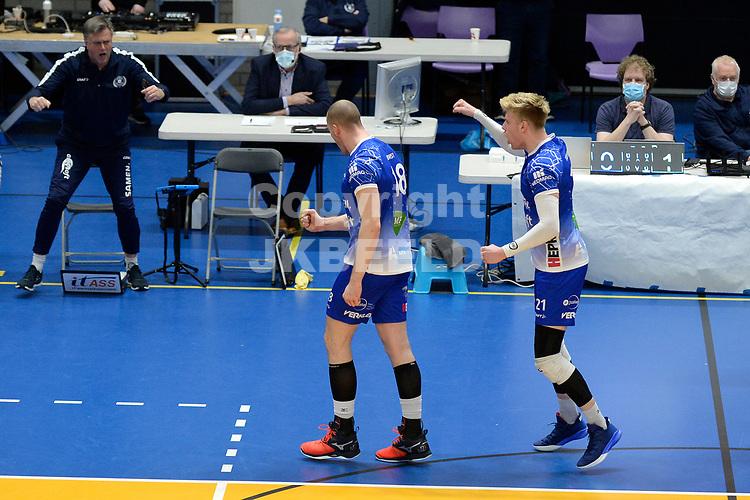 27-03-2021: Volleybal: Amysoft Lycurgus v Draisma Dynamo: Groningen Lycurgus speler Dennis Borst en Lycurgus speler Bennie Tuinstra vieren een punt