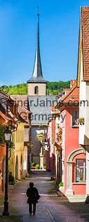 Deutschland, Bayern, Unterfranken, Ochsenfurt: die Badgasse mit Kreuzkirche   Germany; Bavaria; Lower Franconia; Ochsenfurt: old town lane 'Badgasse' with church Kreuzkirche