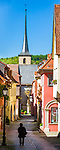 Deutschland, Bayern, Unterfranken, Ochsenfurt: die Badgasse mit Kreuzkirche | Germany; Bavaria; Lower Franconia; Ochsenfurt: old town lane 'Badgasse' with church Kreuzkirche