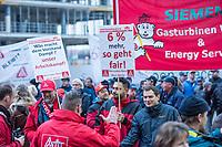 Kundgebung der Gewerkschaft IG-Metall anlaesslich der Metalltarifverhandlungen am 15. November 2017 in Berlin.<br /> In den Tarifverhandlungen fordert die IG Metall sechs Prozent mehr Geld, zeitgemaesse und moderne Arbeitszeitmodelle und 28 Jahre nach der Wiedervereinigung endlich eine Angleichung der laengeren Arbeitszeit im Osten (38-Stundenwoche) an den Westen (35-Stundenwoche).<br /> Mehrere hundert Gewerkschaftler kamen zu der Kundgebung vor dem Verhandlungsort, unter ihnen viele Mitarbeiter von Siemens die den Erhalt ihrer Arbeitsplaetze forderten.<br /> 15.11.2017, Berlin<br /> Copyright: Christian-Ditsch.de<br /> [Inhaltsveraendernde Manipulation des Fotos nur nach ausdruecklicher Genehmigung des Fotografen. Vereinbarungen ueber Abtretung von Persoenlichkeitsrechten/Model Release der abgebildeten Person/Personen liegen nicht vor. NO MODEL RELEASE! Nur fuer Redaktionelle Zwecke. Don't publish without copyright Christian-Ditsch.de, Veroeffentlichung nur mit Fotografennennung, sowie gegen Honorar, MwSt. und Beleg. Konto: I N G - D i B a, IBAN DE58500105175400192269, BIC INGDDEFFXXX, Kontakt: post@christian-ditsch.de<br /> Bei der Bearbeitung der Dateiinformationen darf die Urheberkennzeichnung in den EXIF- und  IPTC-Daten nicht entfernt werden, diese sind in digitalen Medien nach §95c UrhG rechtlich geschuetzt. Der Urhebervermerk wird gemaess §13 UrhG verlangt.]
