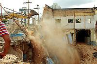SAO PAULO, SP, 02 DE MARÇO 2013 - DEMOLICAO PREDIO LIBERDADE - Operarios trabalham na demolição de obra que desabou na ultima quinta-feira, 28, na regiao central de São Paulo, neste sabado, 02. (FOTO: MONICA SILVEIRA / BRAZIL PHOTO PRESS).