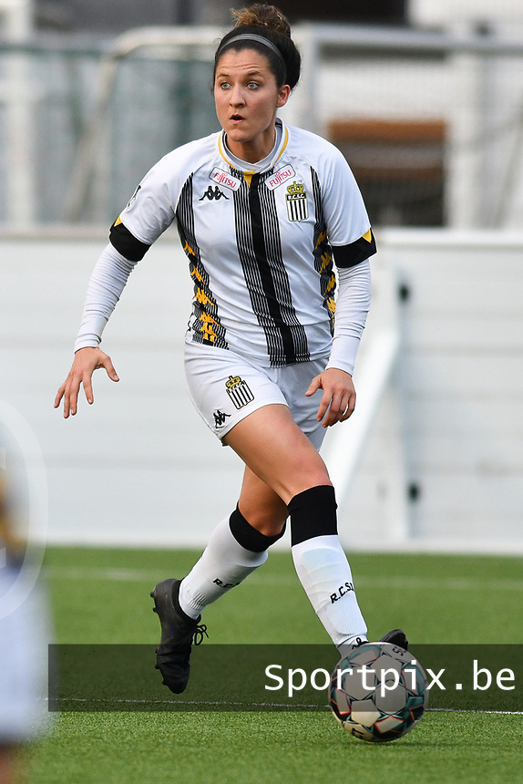 Madison Hudson (8) of Sporting Charleroi with the ball  during a female soccer game between Sporting Charleroi and KRC Genk on the 4 th matchday in play off 2 of the 2020 - 2021 season of Belgian Scooore Womens Super League , friday 30 th of April 2021  in Marcinelle , Belgium . PHOTO SPORTPIX.BE | SPP | Jill Delsaux