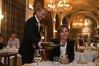 Europe/France/Rhône-Alpes/74/Haute Savoie/ Evian-les-Bains:  Service du vin au restaurant: Edouard VII à l'hôtel Evian Royal Resort; - au plafond: fresques de Jeaulmes