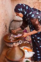 Afrique/Afrique du Nord/Maroc/Env d' Immouzer-Ida-Outanane: Une femme berbère prépare un tajine au chevreau et aux légumes