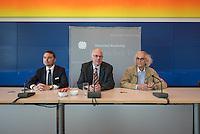 """Zum 20. Jahrestag des """"Verhuellten Reichstags"""" empfing Bundestagspraesident Norbert Lammert den Kuenstler Christo, auf dessen Initiative der Reichstag am 24. Juni 1995 das Kunstprojekt stattfand.<br /> Die Kuenstler Christo und seine 2009 verstorbene Ehefrau Jeanne-Claude hatten seit 1971 fuer ihr Projekt geworben, bis der Bundestag ihm einer namentlichen Abstimmung am 25. Februar 1994 endlich zustimmte. Ein Jahr spaeter, vom 24. Juni bis 7. Juli 1995, wurde das Reichstagsgebaeude verhuellt.<br /> Die Ausstellungsstuecke, welche die Geschichte des Projektes zeigen, wurden von dem  Unternehmer Lars Windhorst erworben und dem Bundestag fuer die Dauer von zunaechst 20 Jahren kostenlos zur Verfuegung stellt.<br /> Vlnr.: Lars Windhorst, Bundestagspraesident Norbert Lammert, Christo.<br /> 17.6.2015, Berlin<br /> Copyright: Christian-Ditsch.de<br /> [Inhaltsveraendernde Manipulation des Fotos nur nach ausdruecklicher Genehmigung des Fotografen. Vereinbarungen ueber Abtretung von Persoenlichkeitsrechten/Model Release der abgebildeten Person/Personen liegen nicht vor. NO MODEL RELEASE! Nur fuer Redaktionelle Zwecke. Don't publish without copyright Christian-Ditsch.de, Veroeffentlichung nur mit Fotografennennung, sowie gegen Honorar, MwSt. und Beleg. Konto: I N G - D i B a, IBAN DE58500105175400192269, BIC INGDDEFFXXX, Kontakt: post@christian-ditsch.de<br /> Bei der Bearbeitung der Dateiinformationen darf die Urheberkennzeichnung in den EXIF- und  IPTC-Daten nicht entfernt werden, diese sind in digitalen Medien nach §95c UrhG rechtlich geschuetzt. Der Urhebervermerk wird gemaess §13 UrhG verlangt.]"""