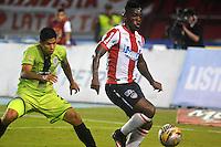 BARRANQUILLA- COLOMBIA -21-05-2016: Edinson Toloza (Der.) jugador de Atletico Junior disputa el balón con Jose Moya (Izq.) jugador de Cortulua, durante partido entre Atletico Junior y Cortulua, de la fecha 19 de la Liga Aguila I-2016, jugado en el estadio Metropolitano Roberto Melendez de la ciudad de Barranquilla. / Edinson Toloza (R) player of Atletico Junior vies for the ball with Jose Moya (L) player of Cortulua, during a match between Atletico Junior and Cortulua, for date 19 of the Liga Aguila I-2016 at the Metropolitano Roberto Melendez Stadium in Barranquilla city, Photo: VizzorImage  / Alfonso Cervantes / Cont.