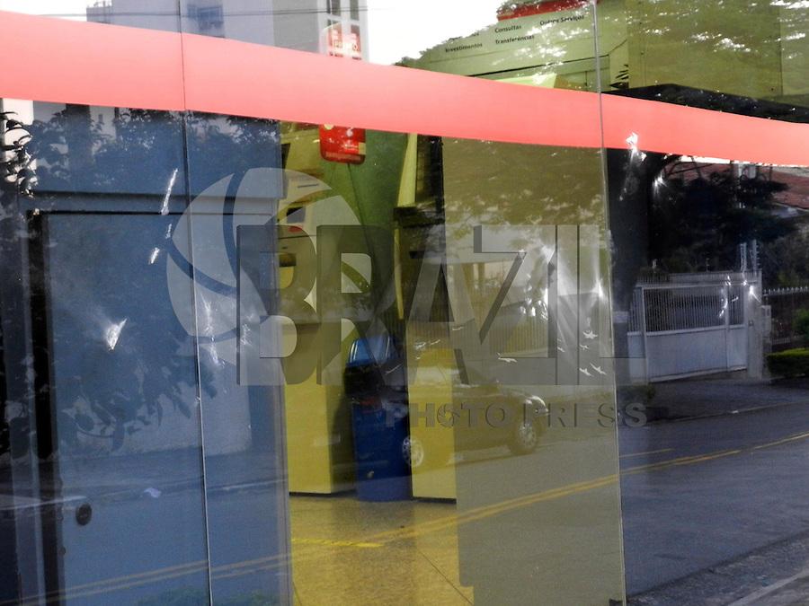 SAO PAULO - SP - 31 DE JULHO DE 2013 - MANIFESTAÇÃO/DEPREDAÇÃO,bancos da Av Rebouças,fechados por tapumes devido ao vandalismo da manifestação de ontem em Pinheiros. FOTO: MAURICIO CAMARGO / BRAZIL PHOTO PRESS.