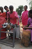 INDIA, Tamil Nadu, dalit women organisation and rural bank, women get Micro-credits for small enterprises for income generation, spinning machine for coconut fibres / INDIEN Tamil Nadu, Athiplayam, NGO organisiert Dalit Frauen, sie erhalten Mikrokredite zur Existenzgruendung, Spinnmaschine zur Herstellung von Garnen aus Kokosnuss Fasern