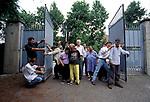 Milano, ex manicomio Paolo Pini 1998.<br /> Con la chiusura dell'ospedale psichiatrico nel 1999, l'ex Paolo Pini costituisce oggi un'importante risorsa territoriale. Foto di gruppo degli ultimi pazienti,insieme ad alcuni assistenti che li stanno preparando alla vita fuori dai cancelli.