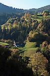 Italy, South Tyrol, Alto Adige, Valle Isarco, Dolomites, autumn scenery near Fie allo Sciliar | Italien, Suedtirol, Eisacktal, Dolomiten, Herbstlandschaft mit Bauernhof bei Voels am Schlern
