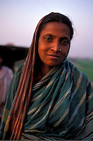 Bangladesh, Chittagong, 26 Januari 1991..Vrouw in plattelandskleding...Woman in normal rural dress...Photo by Kees Metselaar