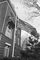 American flag at half-mast in the garden of the American consulate in Amsterdam (in connection to the death of Reverend Martin Luther King)<br /> Date April 8, 1968<br /> <br /> Photographer Nijs, Jac. de / Anefo