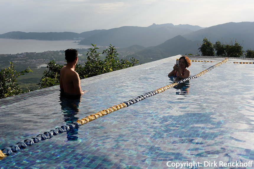 Pool, Birdnest Resort bei Sanya auf der Insel Hainan, China<br /> Pool of Birdsnest Resort near Sanya, Hainan island, China