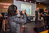 """Die Punk-Band Slime spielte am Dienstag den 27. September 2017 in der Dachlounge des Berliner Radiosender """"radio1"""". Anlass war das Erscheinen der Platte """"Hier und jetzt"""" am 29. September 2017.<br /> Vorne links: radio1-Moderatorin Marion Brasch. Auf der Buehne vlnr.: Slime-Gitarrist Christian Mevs, Slime-Saenger Dirk Jora und Slime-Gitarris Michael """"Elf"""" Meyer.<br /> 27.9.2017, Berlin<br /> Copyright: Christian-Ditsch.de<br /> [Inhaltsveraendernde Manipulation des Fotos nur nach ausdruecklicher Genehmigung des Fotografen. Vereinbarungen ueber Abtretung von Persoenlichkeitsrechten/Model Release der abgebildeten Person/Personen liegen nicht vor. NO MODEL RELEASE! Nur fuer Redaktionelle Zwecke. Don't publish without copyright Christian-Ditsch.de, Veroeffentlichung nur mit Fotografennennung, sowie gegen Honorar, MwSt. und Beleg. Konto: I N G - D i B a, IBAN DE58500105175400192269, BIC INGDDEFFXXX, Kontakt: post@christian-ditsch.de<br /> Bei der Bearbeitung der Dateiinformationen darf die Urheberkennzeichnung in den EXIF- und  IPTC-Daten nicht entfernt werden, diese sind in digitalen Medien nach §95c UrhG rechtlich geschuetzt. Der Urhebervermerk wird gemaess §13 UrhG verlangt.]"""