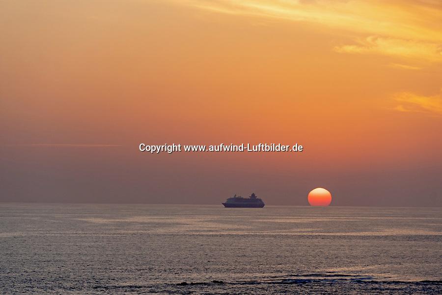Kreuzfahrtschiff bei Sonnenuntergang: EUROPA, SPANIEN,  14.03.2020: Kreuzfahrtschiff bei Sonnenuntergang