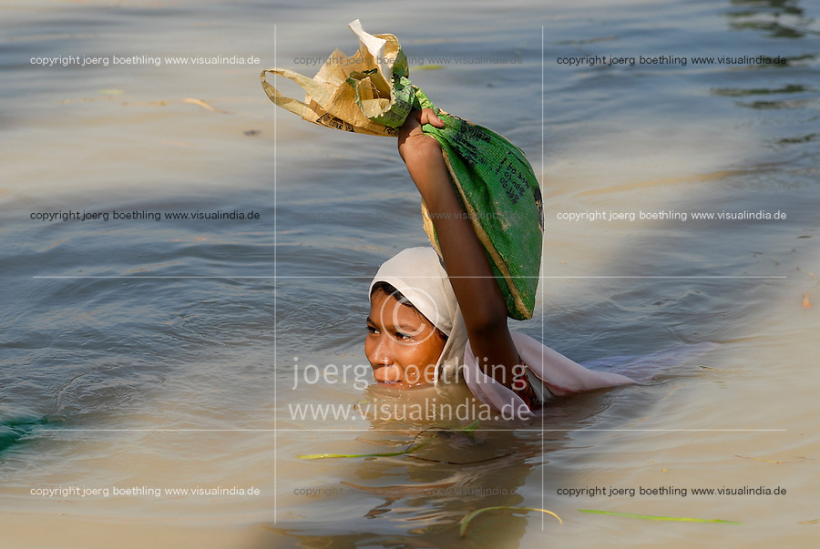 BANGLADESH District Bagerhat , cyclone Sidr and high tide destroy villages in Southkhali at river Balaswar , distribution of relief goods , girl carry food care parcel to her shelter / BANGLADESCH, der Wirbelsturm Zyklon Sidr und eine Sturmflut zerstoeren Doerfer im Kuestengebiet von South Khali , Verteilung von Hilfsguetern und Nahrung, Maedchen traegt ein Hilfspaket
