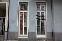 """Laut Polizei haben gestern Vormittag Unbekannte in der Pflügerstraße 52 in Neukölln die Fassade des Bürgerbüros von Kirsten Flesch (MdA SPD) mit dem Schriftzug """"Volksverräter"""" und einem Galgen besprüht. Der Polizeiliche Staatsschutz hat die Ermittlungen übernommen."""