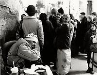 Mendiant devant O GILVIES, decembre 1987<br /> <br /> PHOTO :  Agence Quebec Presse