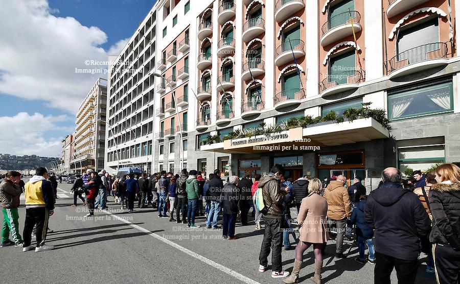 - NAPOLI  8 FEB    2014 -  tifosi del milan fuori hotel vesuvio