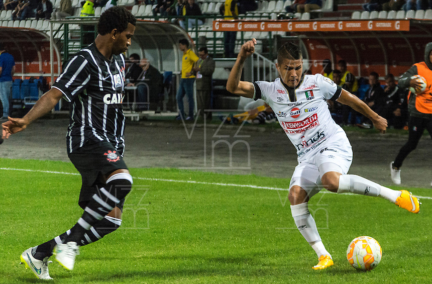 MANIZALES- COLOMBIA - 11-02-2015: Cesar Arias (Der) jugador de Once Caldas, disputa el balón con Gil (Izq) jugador del Corinthians, durante partido de vuelta entre Once Caldas de Colombia y Corinthians de Brasil por la primera fase, repechaje 6, de la Copa Bridgestone Libertadores en el estadio Palogrande, de la ciudad de Manizales. / Cesar Arias (R) player of Once Caldas, vies for the ball with Gil (L) player of Corinthians, during a match for the second leg between Once Caldas of Colombia and Corinthians of Brasil for the first phase, playoff 6, of the Copa Bridgestone Libertadores in the Palogrande stadium in Manizales city. Photos: VizzorImage / Kevin Toro / Cont
