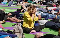 Nederland  Amsterdam - 2019.    International Day of Yoga. Internationale Yogadag op de Dam in Amsterdam. Foto mag niet in negatieve / schadelijke context gepubliceerd worden.   Foto Berlinda van Dam / Hollandse Hoogte