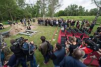 """Das """"Zentrum fuer Politische Schoenheit"""" liess am Dienstag den 16. Juni 2015 auf dem Muslimischen Teil des Friedhof in Berlin-Gatow eine Fluechtlingsfrau aus Syrien beerdigen, die mit ihrem Kind bei der Flucht ueber das Mittelmeer ertrunken ist. Ihr Kind konnte nicht geborgen werden, es ist im Mittelmeer verschollen.<br /> Die Frau wurde zuvor im Beisein von Angehoerigen in Suedeuropa exhumiert und durch ein Beerdigungsunternehmen nach Deutschland gebracht. Die Beerdigung fand unter dem Motto """"Die Toten kommen"""" statt und war die erste von insgesammt 10 geplanten Beerdigungen.<br /> Vor dem Grab waren 40 Stuehle fuer eingeladene Beerdigungs-Gaeste aufgestellt die jedoch leer blieben. Es waren die politisch Verantwortlichen der deutschen Asylpolitik geladen worden, die jedoch nicht erschienen.<br /> Das Zentrum fuer Politische Schoenheit will 8 weitere Mittelmeer-Tote nach Berlin bringen und sie vor das Kanzleramt bringen um den politisch Verantwortlichen die Folgen ihrer Asylpolitik drastisch vor Augen zu fuehren.<br /> 16.6.2015, Berlin<br /> Copyright: Christian-Ditsch.de<br /> [Inhaltsveraendernde Manipulation des Fotos nur nach ausdruecklicher Genehmigung des Fotografen. Vereinbarungen ueber Abtretung von Persoenlichkeitsrechten/Model Release der abgebildeten Person/Personen liegen nicht vor. NO MODEL RELEASE! Nur fuer Redaktionelle Zwecke. Don't publish without copyright Christian-Ditsch.de, Veroeffentlichung nur mit Fotografennennung, sowie gegen Honorar, MwSt. und Beleg. Konto: I N G - D i B a, IBAN DE58500105175400192269, BIC INGDDEFFXXX, Kontakt: post@christian-ditsch.de<br /> Bei der Bearbeitung der Dateiinformationen darf die Urheberkennzeichnung in den EXIF- und  IPTC-Daten nicht entfernt werden, diese sind in digitalen Medien nach §95c UrhG rechtlich geschuetzt. Der Urhebervermerk wird gemaess §13 UrhG verlangt.]"""