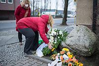 """Gedenken an Ehrenmord-Opfer Hatun Sueruecue in der Oberlandstrasse im Berliner Bezirk Tempelhof-Schoeneberg am Dienstag den 5. Februar 2021.<br /> Aufgrund der Corona-Pandemie fand das Gedenken nur im kleinen Kreis durch statt.<br /> Die 21jaehrige Deutsch-Kurdin wurde am 7.2.2005 von ihrer Familie ermordet, weil sie sich nicht an die """"traditionellen Familienwerte"""" halten und ein selbstbestimmtes Leben fuehren wollte. Sie hat gegen den Willen Ihrer Familie eine Ausbildung zur Elektroinstallatoerin gemacht hat und mit ihrem unehelichen Kind.<br /> Der Mord wurde in Abstimmung mit der Familie von ihren Bruedern durchgefuehrt, als Taeter wurde der damals minderjaehriger Bruder vorgeschickt. Zwei Brueder fluechteten in die Tuerkei.<br /> Imk Bild: Die Bezirksbuergermeisterin Angelika Schoettler (SPD) legt einen Kranz der Bezierksverordnetenversammlung am Gedenkstein fuer Hatun Sueruecue nieder.<br /> 5.2.2021, Berlin<br /> Copyright: Christian-Ditsch.de"""
