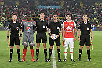 BOGOTA - COLOMBIA, 26-01-2018: Oscar Gomez (con el balón), árbitro, Cristian Martinez Borja, (Centro Izq), capitán de América y Sebastian Salazar (centro Der) capitán de Santa Fe durante los actos protocolarios previo al encuentro entre Independiente Santa Fe y América de Cali por el Torneo Fox Sports 2018 jugado en el estadio Nemesio Camacho El Campin de la ciudad de Bogotá. / Oscar Gomez (with the ball), referee, Cristian Martinez Borja, (center L), captain of América and Sebastian Salazar (center R) captain of Santa Feduring match between Independiente Santa Fe and America de Cali for the Fox Sports Tournament 2018 played at Nemesio Camacho El Campin Stadium in Bogota city. Photo: VizzorImage / Gabriel Aponte / Staff.