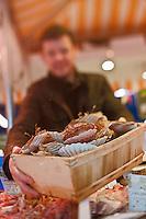 Europe/France/Bretagne/29/Finistère/Brest: Yvon Morvan restaurant: L'Armen fait son marché - sur l'étal du poissonnier - Choix des coquilles Saint-Jacques